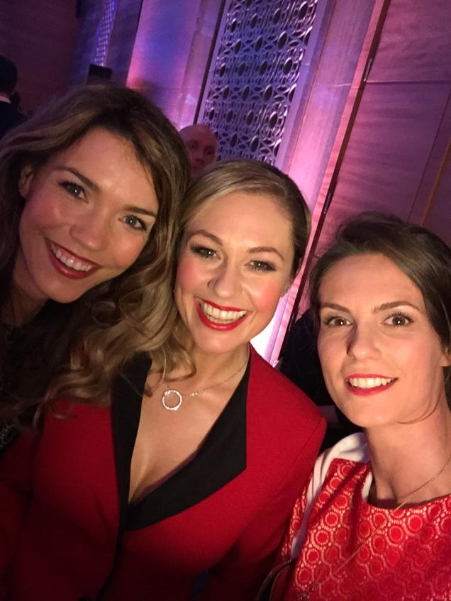 """""""Ladies in Red!"""" Moderatorinnen Annette Möller & Ruth Moschner & Katrin ©katrin-lars.net"""