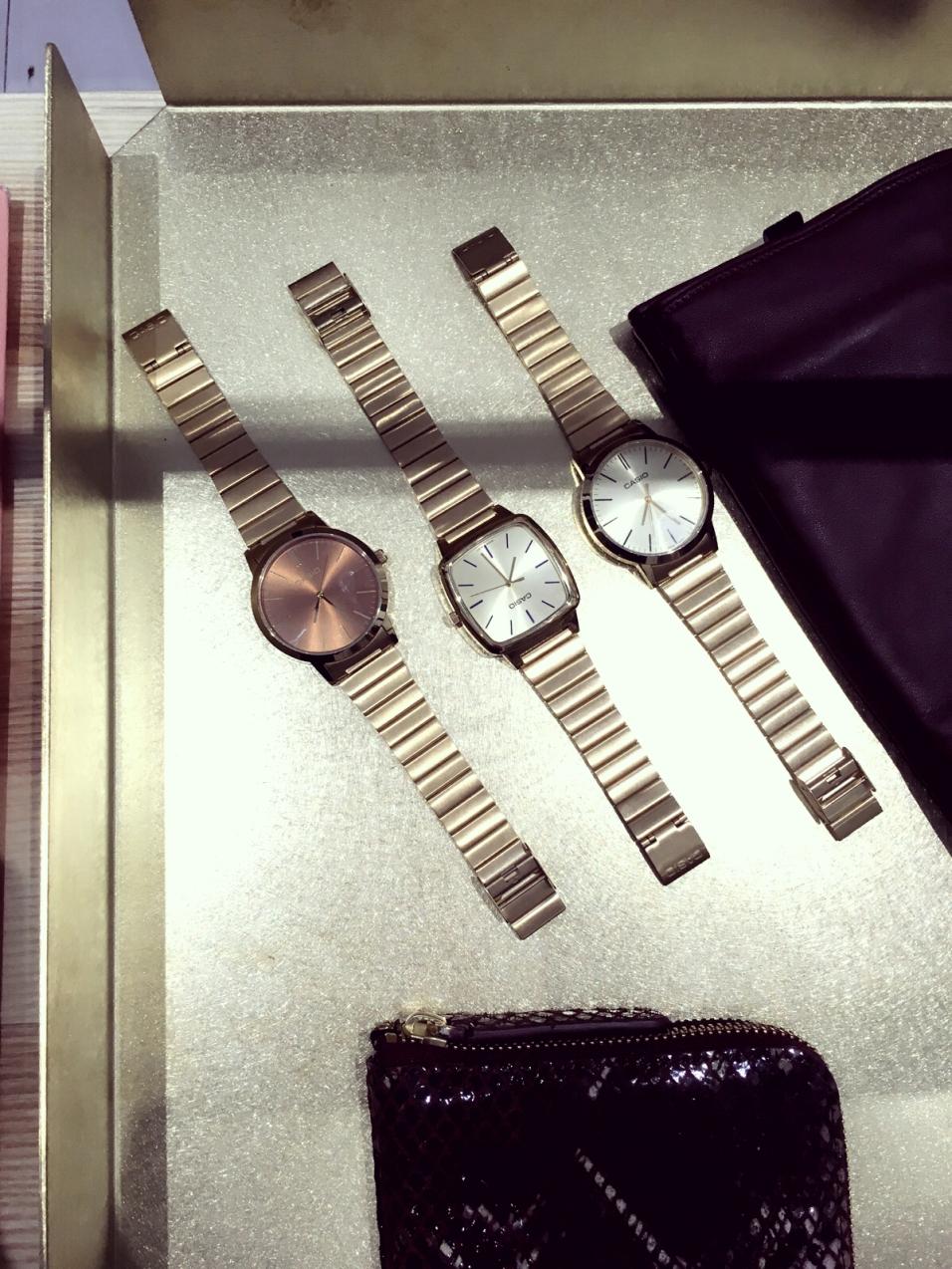 """Goldene """"Casio"""" Uhren im Showroom der Agentur Blod ©katrin-lars.net"""