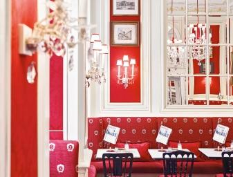 Ein bisschen wie zu Sisi's Zeiten: Stuckdecken, rote Seidentapeten und zahlreichen Spiegeln machen das Café zu einem gemütlichen Treffpunkt. © Hotel Sacher Wien