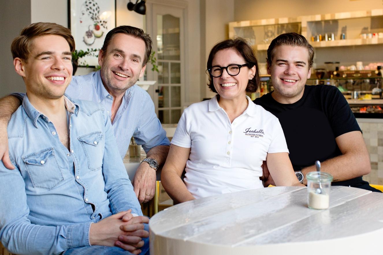Teamarbeit! Dominic, Christof, Isabella und David (v.l.n.r.) ©Isabella Glutenfreie Pâtisserie