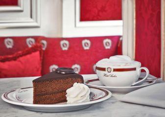 """Die """"Original Sacher-Torte"""" genießt man am Besten mit Schlagoberst und einem Kaffee. © Hotel Sacher Wien"""