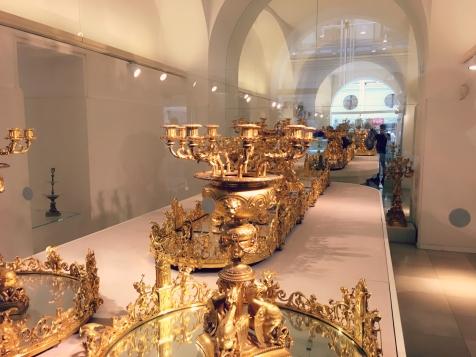 Imposante Tischdeko und noch viel mehr Geschirr gibt es in der Silberkammer der Hofburg Wien. ©katrin-lars.net