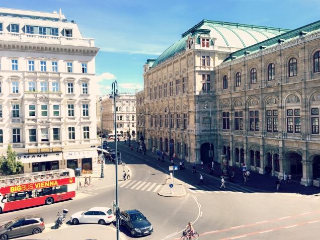 Blick von der Albertina auf die Wiener Staatsoper und das Hotel Sacher. ©katrin-lars.net