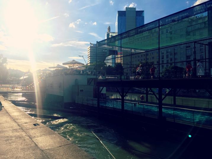 Schwimmen, Fußball, Essen und Trinken, dies alles kann man auf dem Badeschiff Wien. ©katrin-lars.net