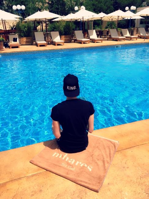 Mit den Beinen im Pool baumelnd lässt Lars die Gedanken schweifen. ©katrin-lars.net