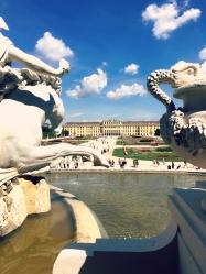 Blick auf das Schloss Schönbrunn durch den Neptunbrunnen. ©katrin-lars.net