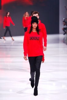 Must Have-Faktor der rote Hugo-Pullover. ©Photo by Sebastian Reuter/Getty Images for Bread & Butter by Zalando