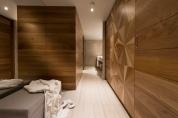 Begehbarer Kleiderschrank und Badezimmer in der Penthouse Suite im Barut Acanthus & Cennet. © Barut Hotels