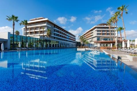 Modernes Design und tolle Pool-Landschaft im Barut Acanthus & Cennet. © Barut Hotels