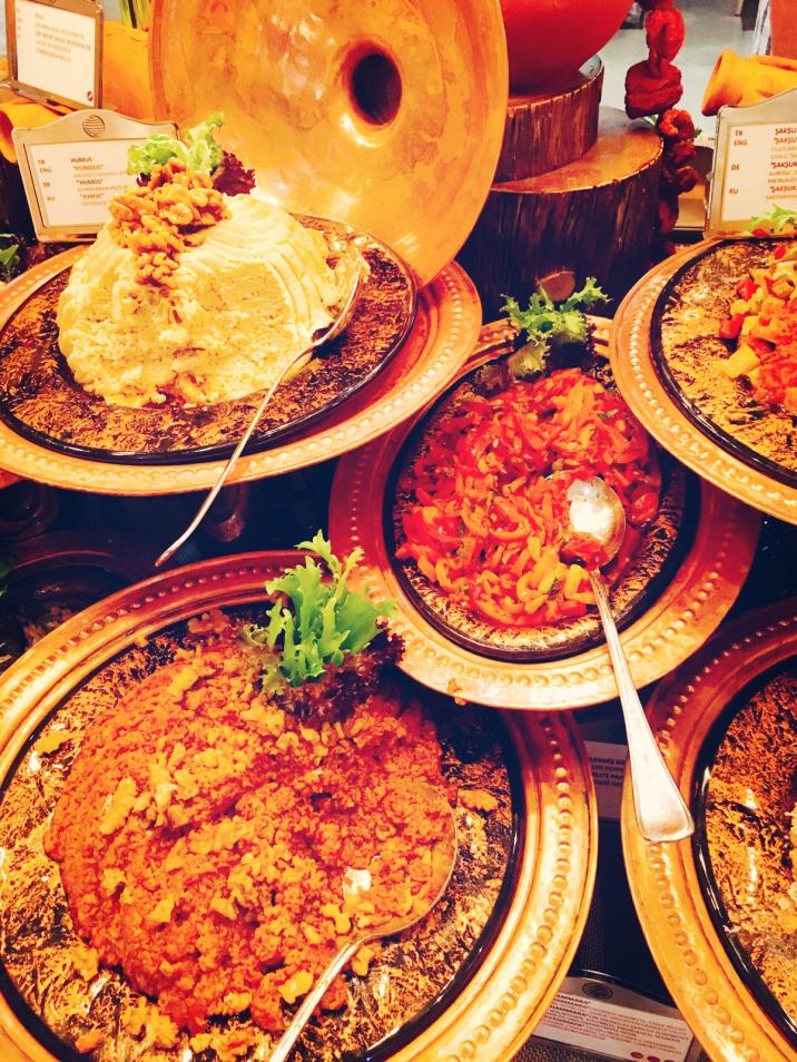 Vorspeisen Mezze beim türkischen Abend im Hauptrestaurant des Barut Acanthus & Cennet. © katrin-lars.net