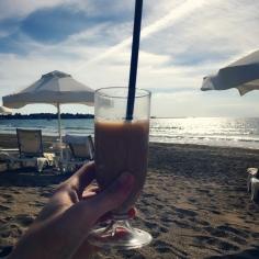 Entspannt einen Ice Coffee am Strand genießen. © katrin-lars.net