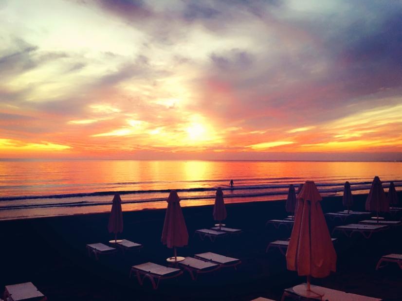 Romatischer Sonnenuntergang am Strand von Side. © katrin-lars.net