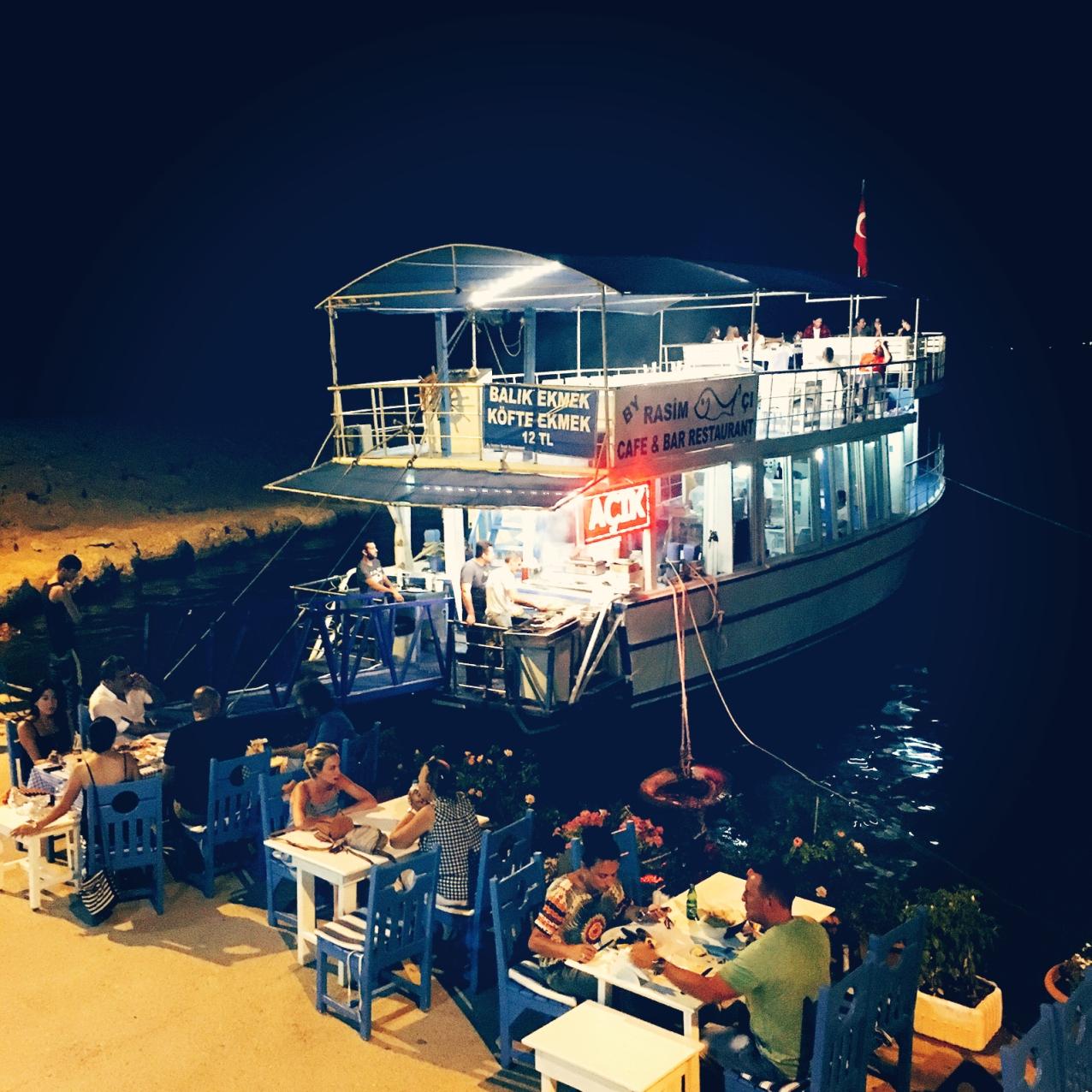 Wer Lust hat, kann direkt am Hafen Fisch essen. © katrin-lars.net