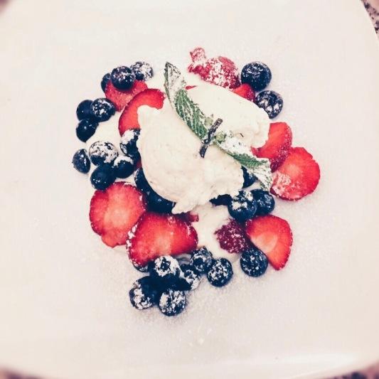 Mascarpone Cream mit frischen Erdbeeren und Blaubeeren. © katrin-lars.net