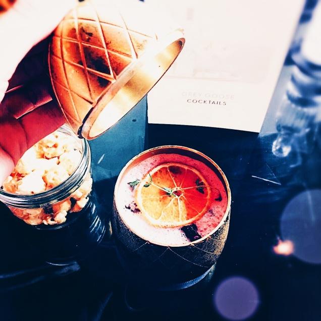 Überraschung in der Ananas - ein fruchtiger Cocktail. © katrin-lars.net
