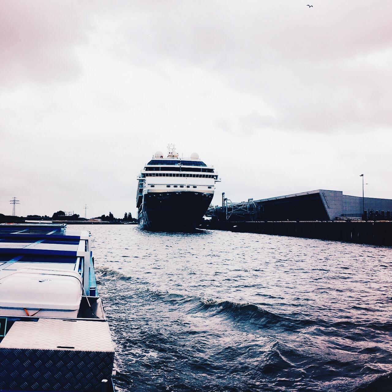 Große Schiffe gibt es im Hamburger Hafen zu entdecken, wie die Mein Schiff 1 von TUI Cruises © katrin-lars.net