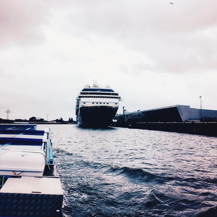 Große Schiffe gibt es im Hamburger Hafen zu entdecken, wie die Mein Schiff 1 von TUI Cruises © Lars Wars