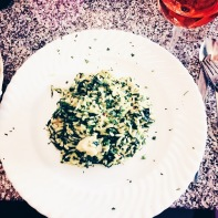 Risotto mit Scampi und Spinat in Safransoße. © Lars Wars