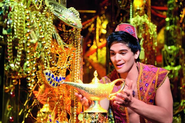 Aladdin entdeckt die Wunderlampe. © Stage Entertainment 2017