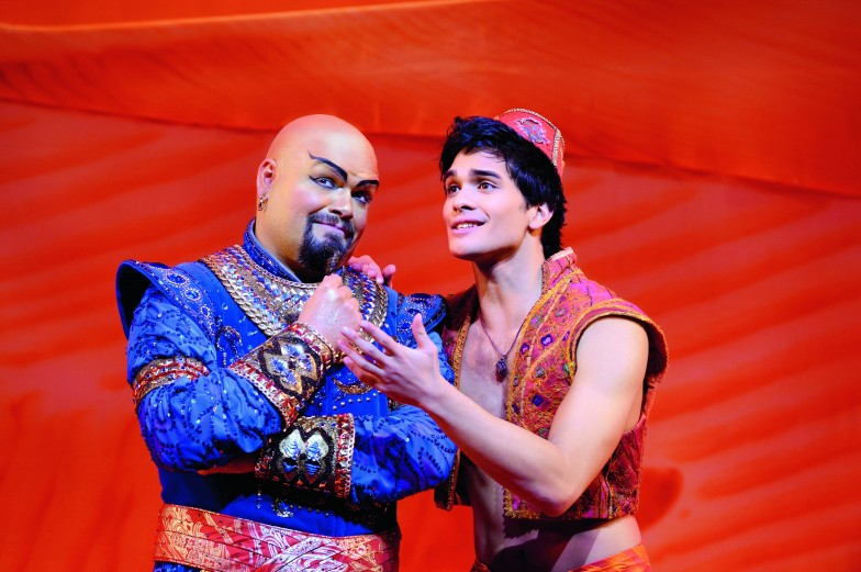 Sorgen für gute Stimmung: Disco-Dschinni & Aladdin. © Stage Entertainment 2017