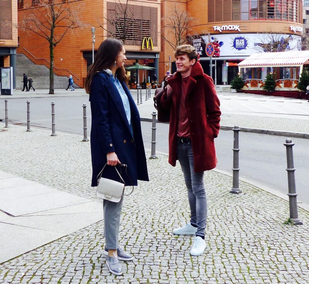 Casual Winterlooks - Raus auf die Straße! Katrin glänzt in Blau und Grau; Lars in Grau und Rostrot. @katrin-lars.net