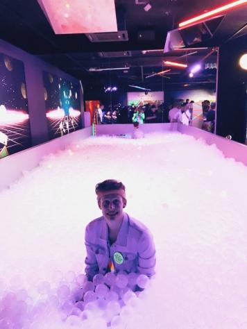 Über 40.000 Neon-Bälle laden zum Spaß ein! © Lars Wars
