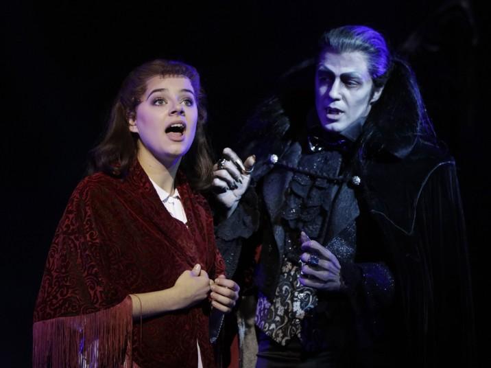 """""""Tanz der Vampire Musical Berlin"""" - Diana Schneider (als Sarah) und Filippo Strocchi (Graf von Krolock) © STAGE ENTERTAINMENT GMBH 2018"""