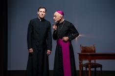 """Die Rolle der katholischen Kirche: George Preusse als Papst in """"Der Stellvertreter"""" © 2019 Schlosspark Theater Berlin / Halliwood Film GmbH"""