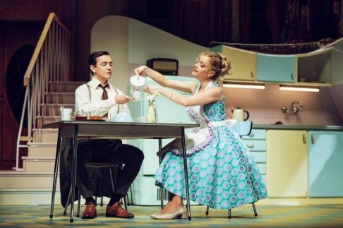 """Johnny (Niklas Kohrt) und Judy (Judith Richter) in """"Zuhause bin ich Darling"""" © Franziska Strauss / Komödie Berliner Privattheater GmbH"""